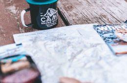 foto van een kaart en kampeerspullen op tafel