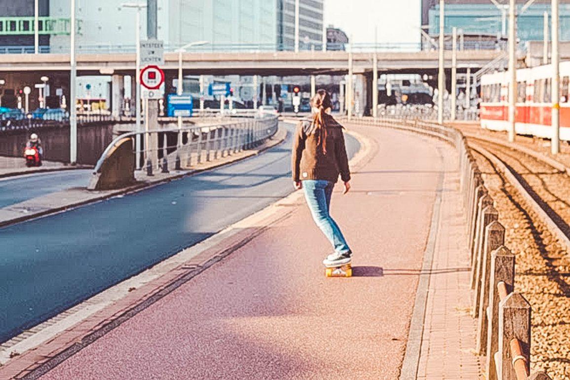 Longboarders in straten Den Haag