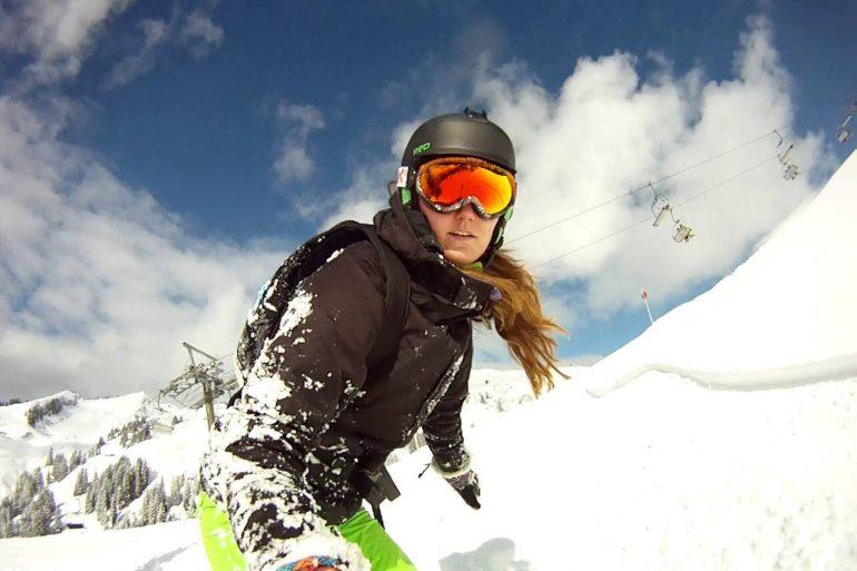 Snowboardster in de sneeuw met Go Pro