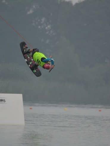 Sanne van Essen op wakeboard