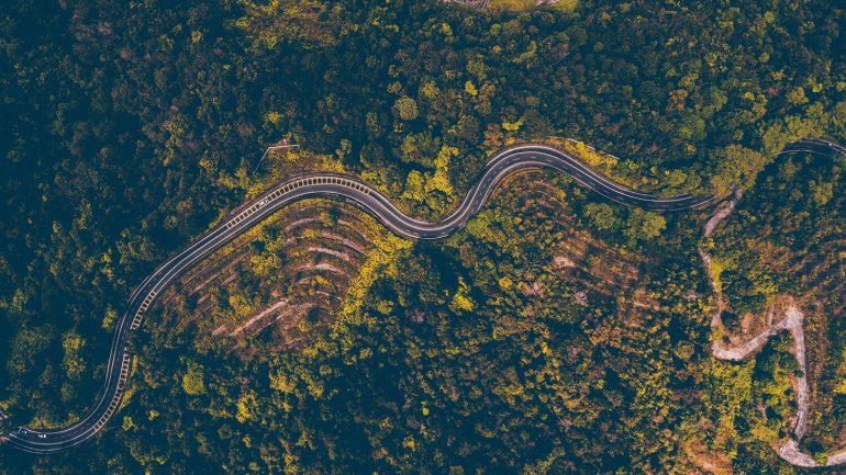 Dronefoto van een weg in Frankrijk