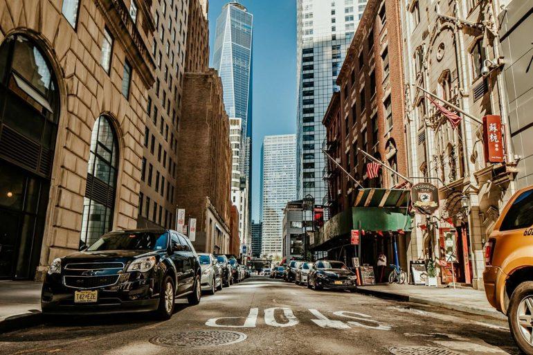 new york straat met autos in midtown manhattan