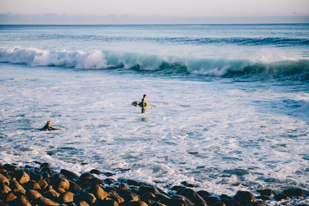Pascal van der Mast en orlando pereira surfen