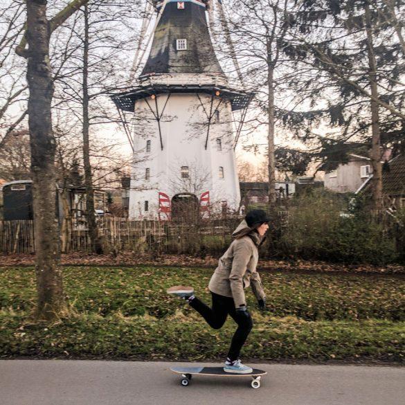 longboardster Lone Drifters bij molen Groningen