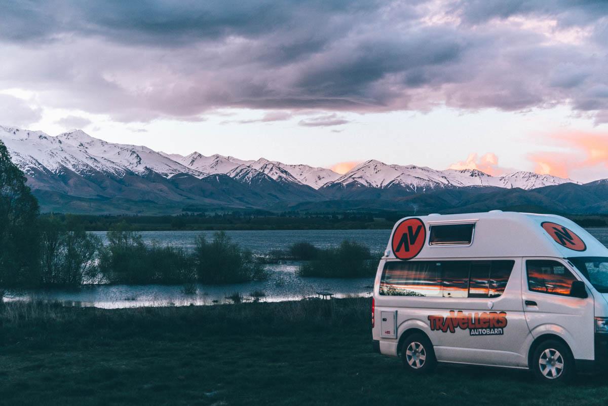Camper met zonsondergang bij meer Nieuw Zeeland