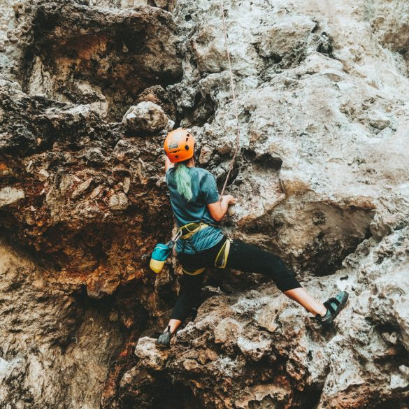 Klimmer aan de rots van Krabi