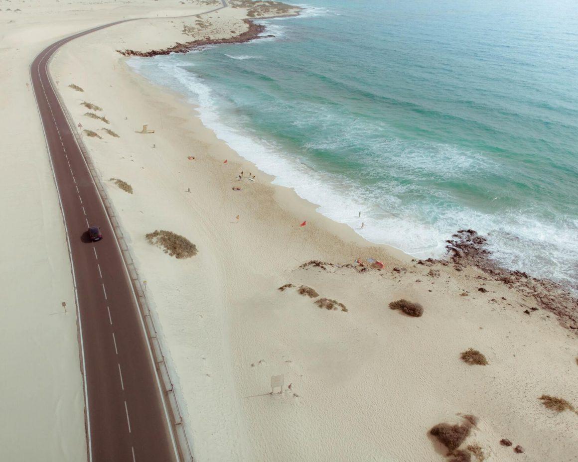 Fuerteventura strand met golven en surfers