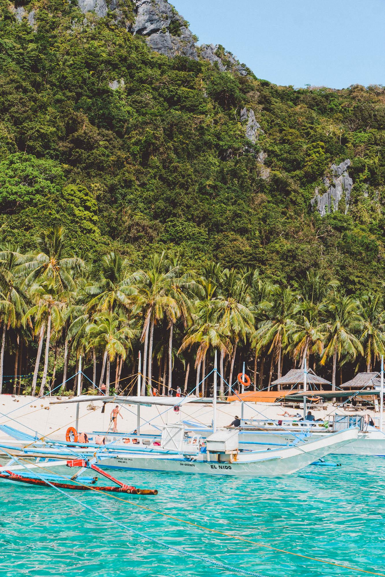 strand commando beach filipijnen met blauw water en palmbomen