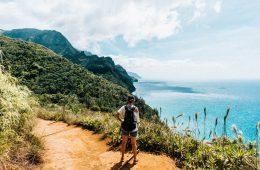 vrouw die uitkijkt op kalalau trail in Hawaii