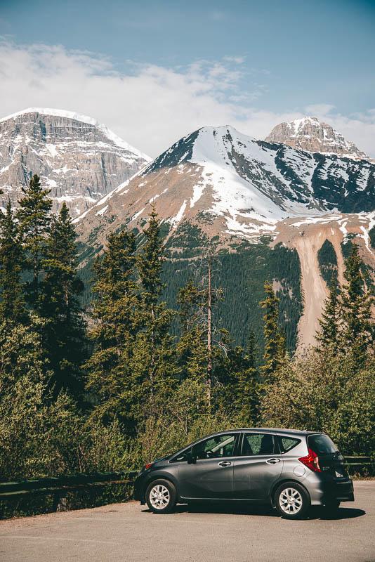 auto in canada bij de bergen