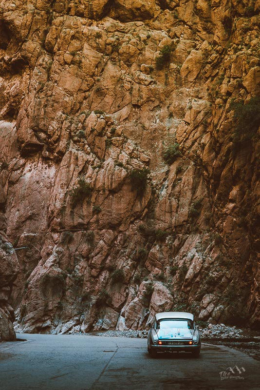 Gorges Marokko met een auto op de voorgrond