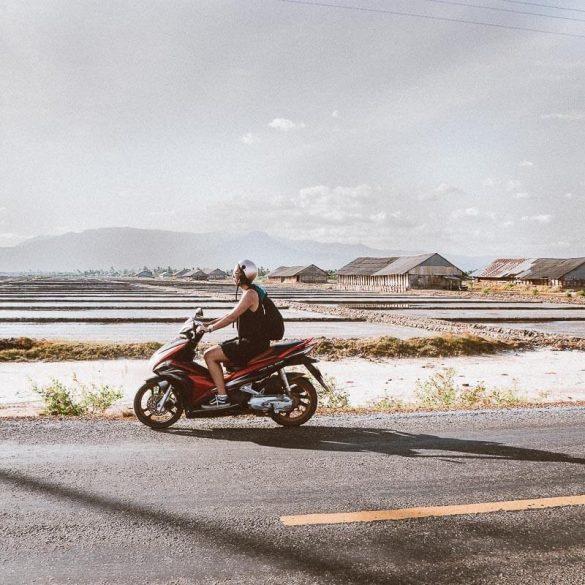 Rondrijden over de zoutvelden Kampot