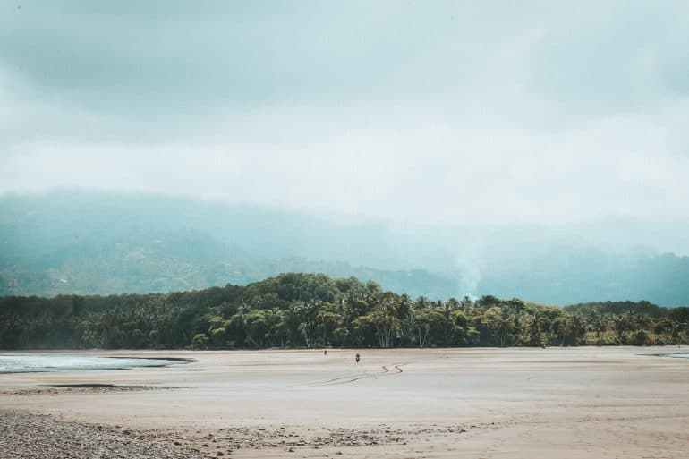 Uitzicht over de jungle van Costa Rica vanaf Uvita strand