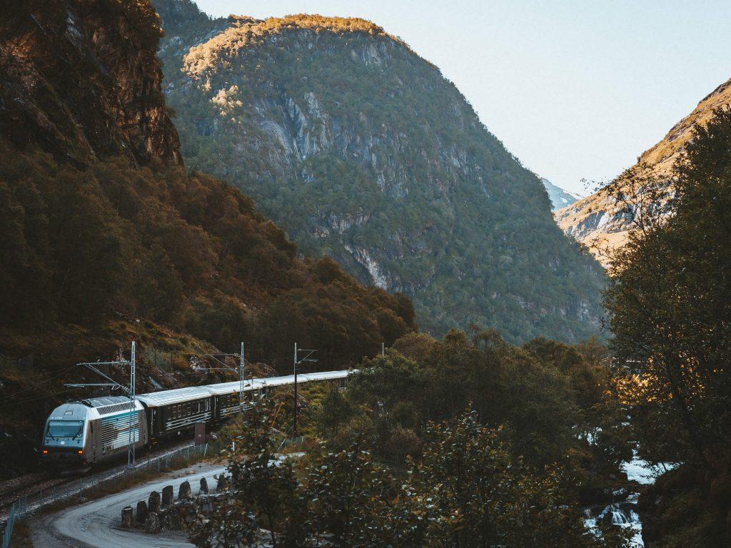 Flam trein op het spoor tussen de bergen