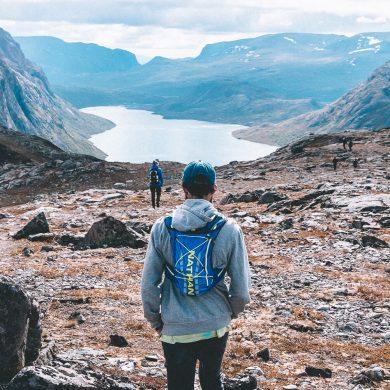 man met racevest wandelt in Noorwegen