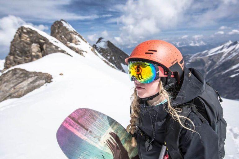 Vrouw met snowboard op de piste