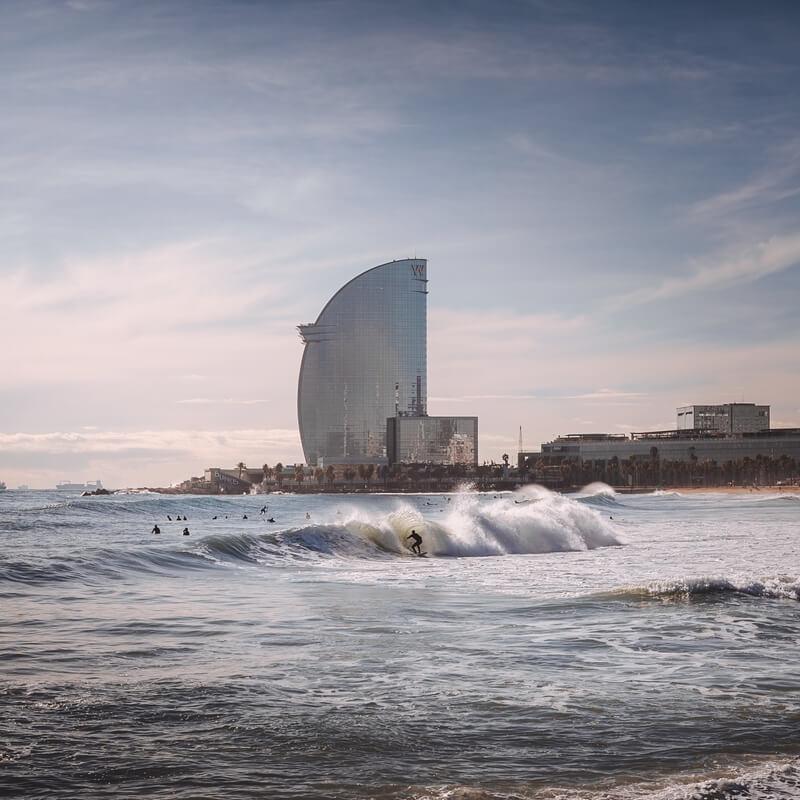 surfer in de zee Barcelona