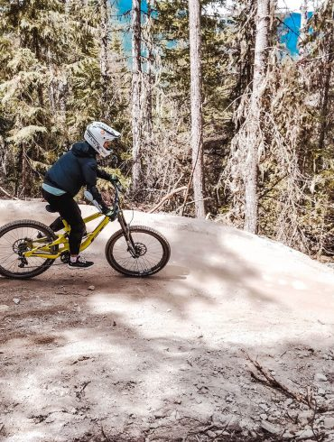 Mountainbiker in Whistler on a track