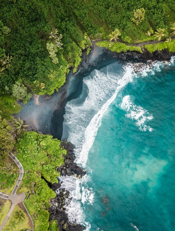 Zwarte strand Maui Drone shot