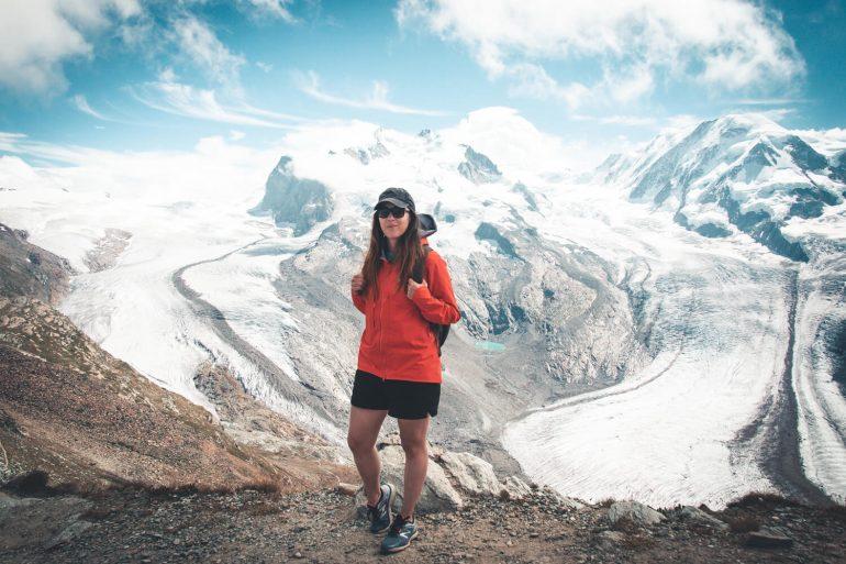 Wandelaar boven de gletsjers in Zermatt