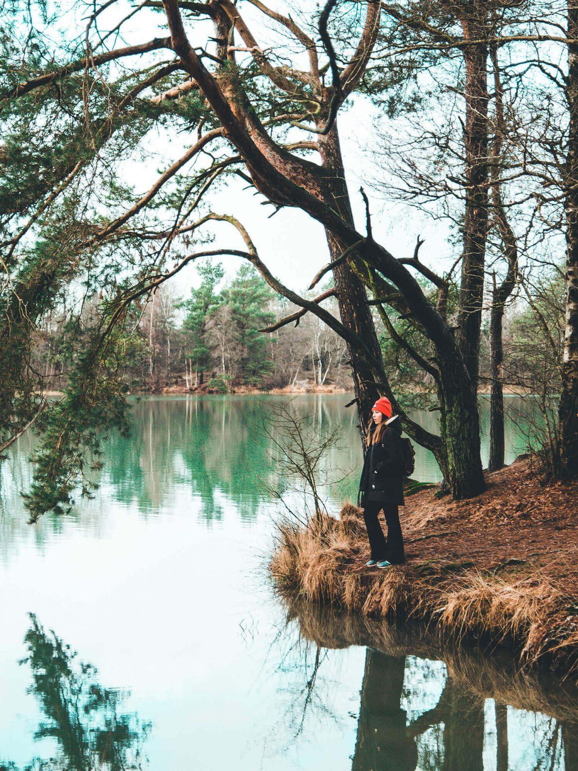 Blauwe meer op de achtergrond van wandelaar
