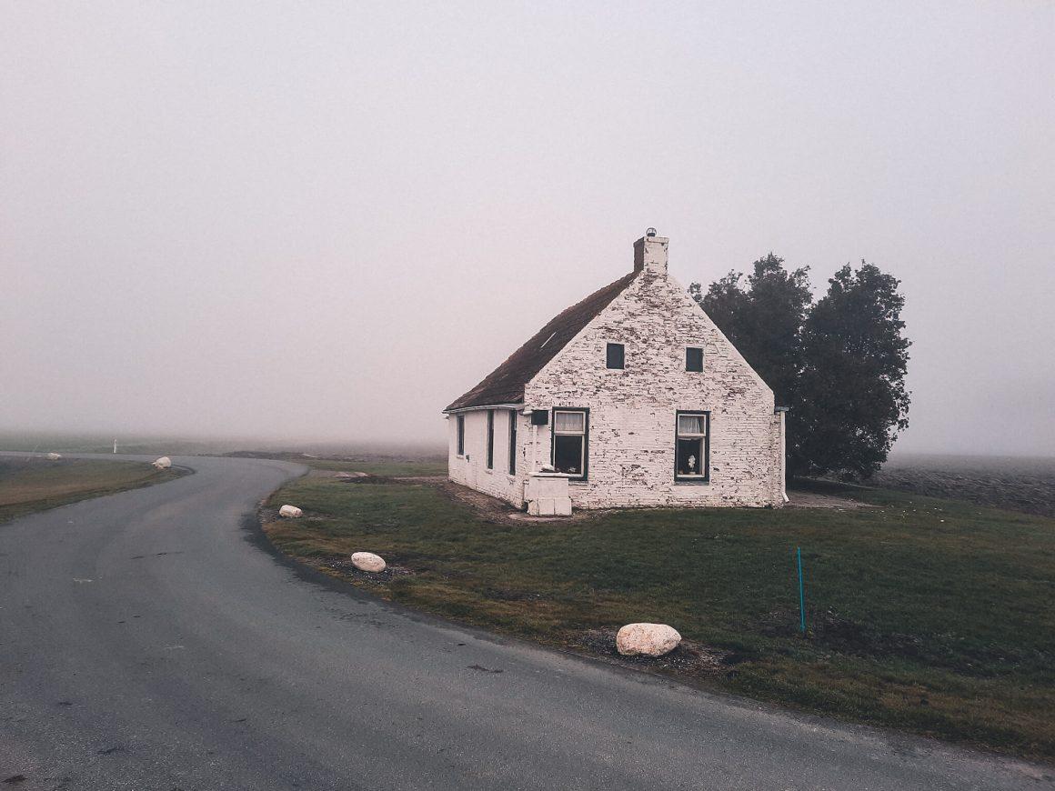 Brinta wit huisje in de mist