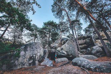 Boulderaar loopt met matje langs de boulders