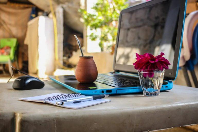 Plaatje van laptop aan het werk als digital nomad